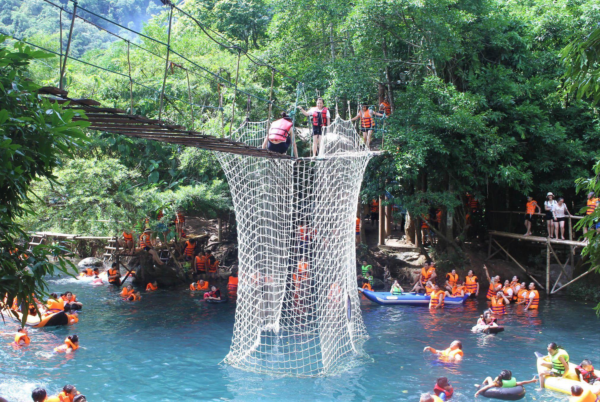 Suối Nước Moọc thu hút du khách đến với Quảng Bình