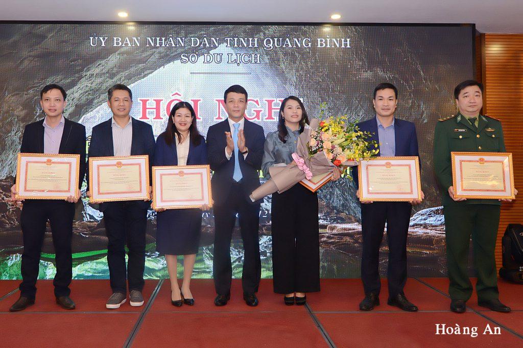 Ông Trần Xuân Cương giám đốc Netin Travel cùng các đơn vị nhận bằng khen của Bộ trưởng