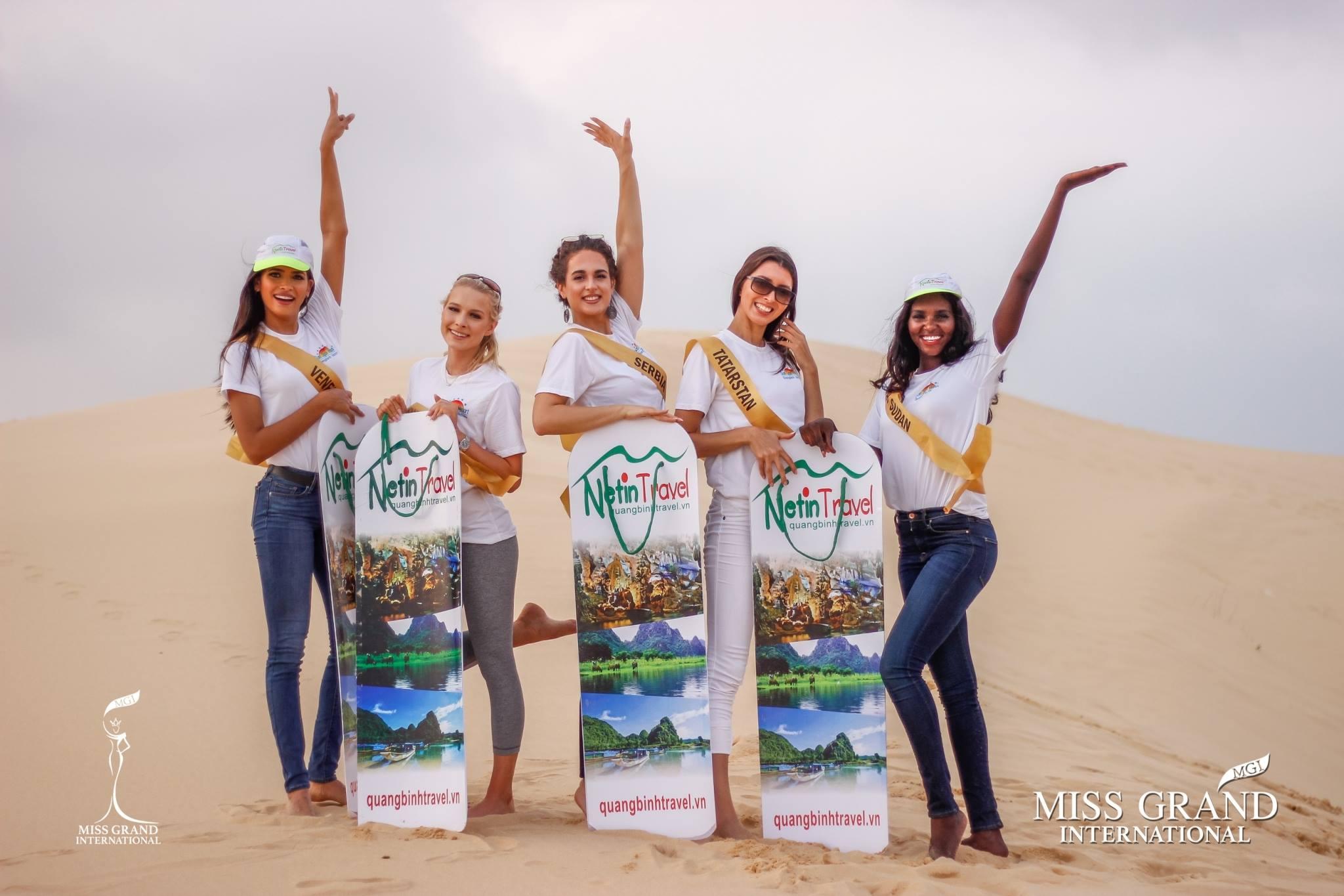 Hoa hậu các nước trượt cát ở đồi cát Quang Phú